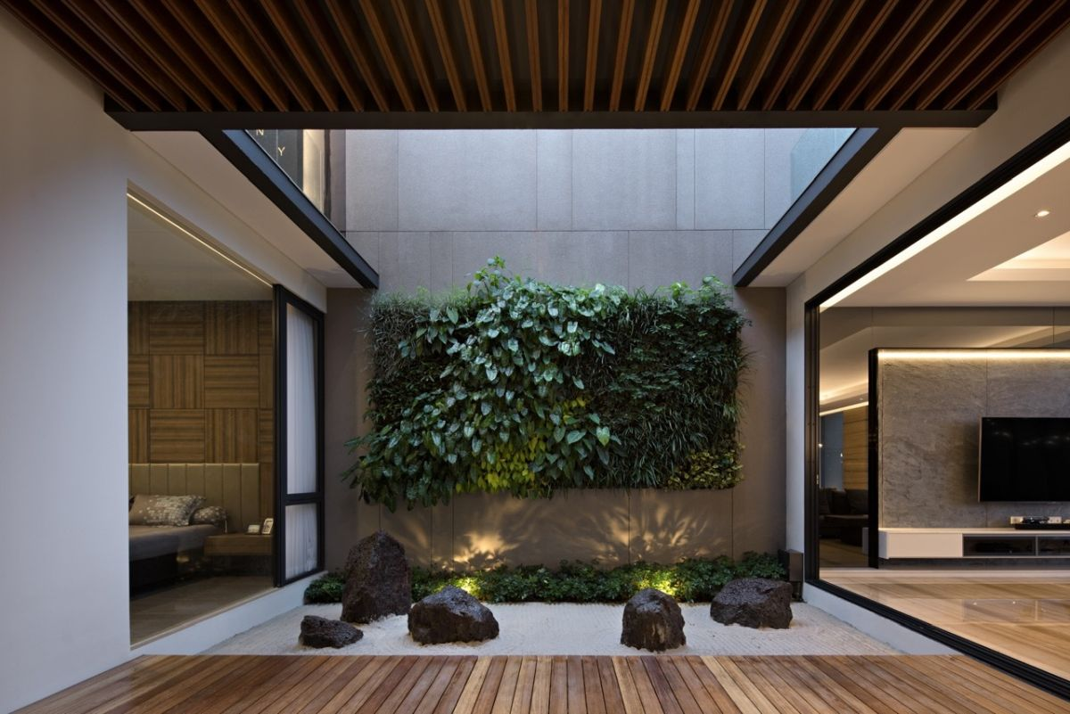A small internal courtyard separates the day and night zones