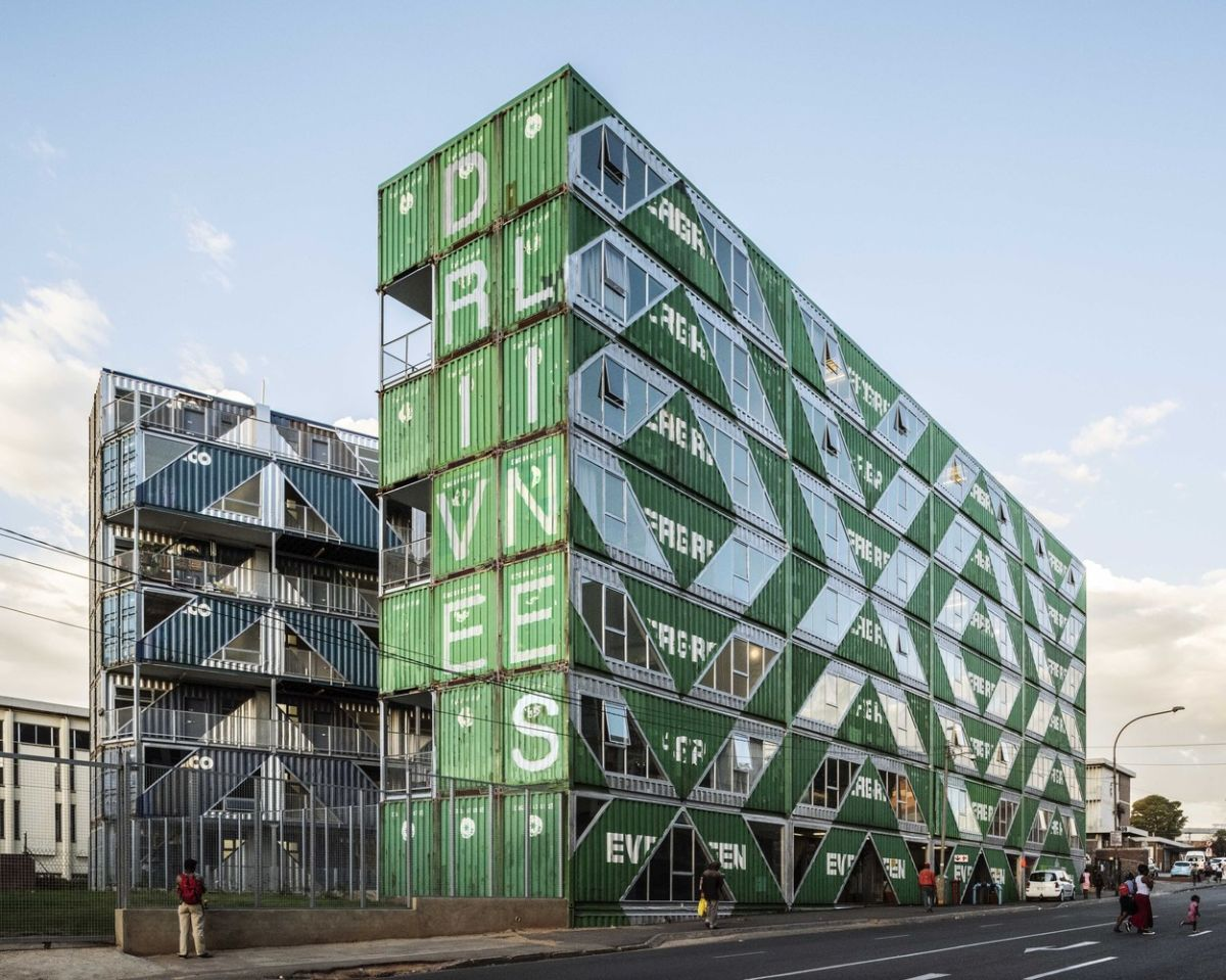 The unusual shipping container building serves among other things to revitalize the downtown area of Johannesburg