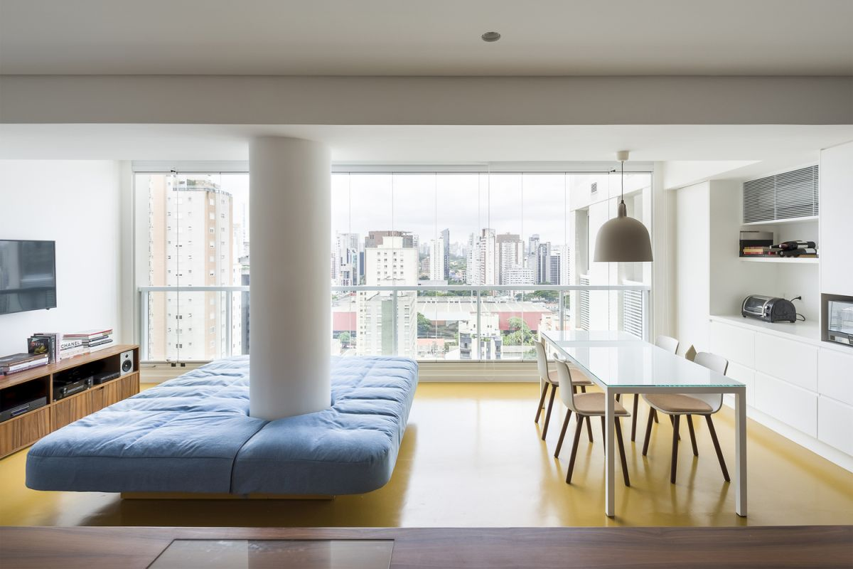 The kitchen, dining room and living area form a single common space with a great view of the city