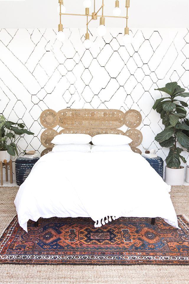 Una combinación de manteles individuales y alfombras pequeñas.