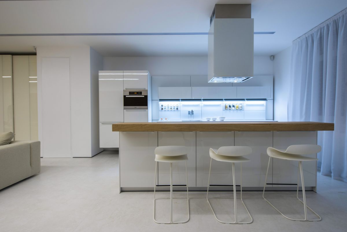 White is the primary color, its role being to create a luminous and airy vibe throughout the apartment