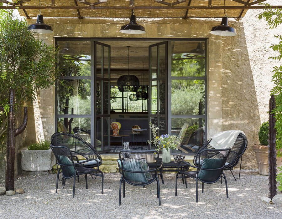 A gravel base is typical of a Provencal patio style.