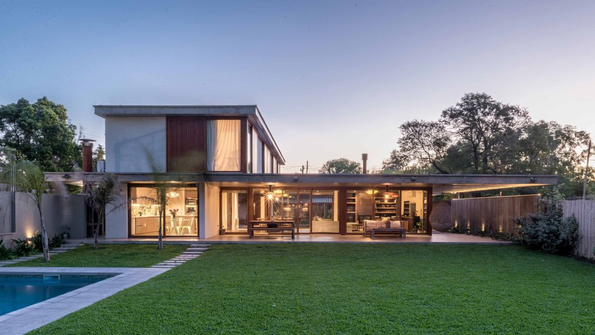 The rear section of the house is almost fully glazed and open, welcoming views of the backyard indoors