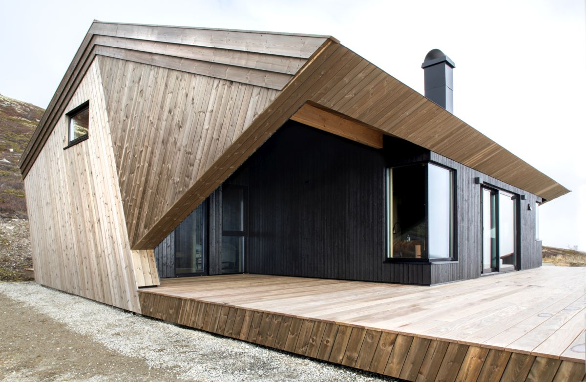 The oak floors, roof and deck reflect the colors of the surroundings, helping the cabin blend in