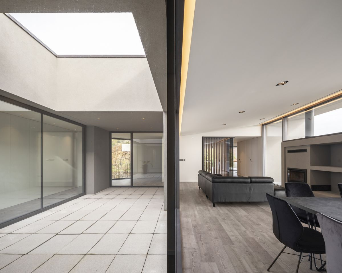 The social volumes and the private spaces are separated by a large patio