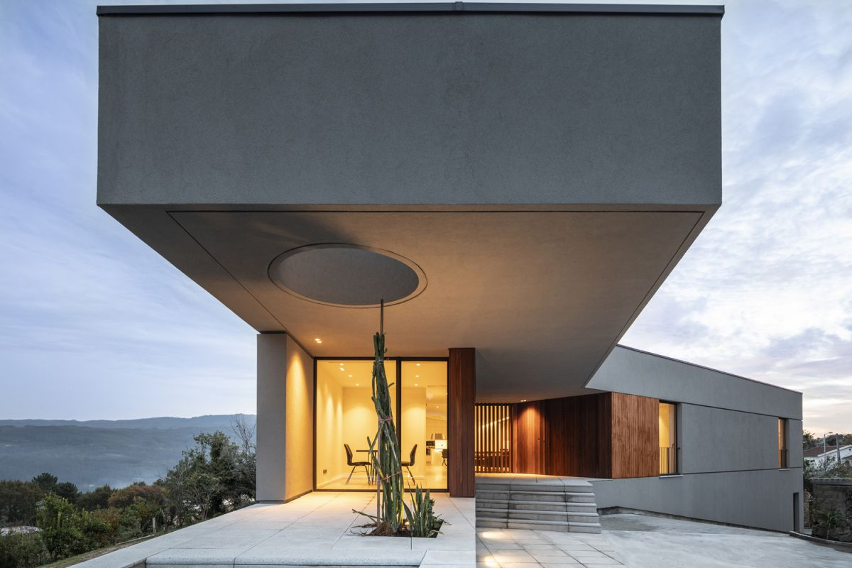 The overall design and architecture of the house, although minimalist, mimic the surroundings