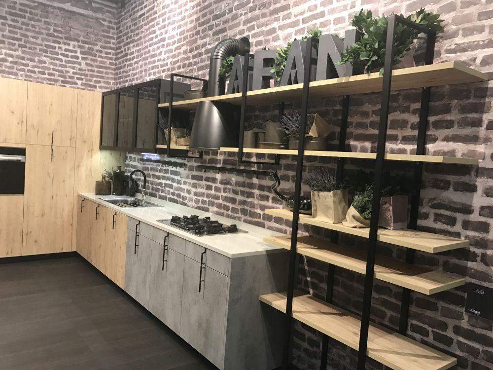 Комбинация из дерева и металла хорошо подходит для этих кухонных полок, особенно на фоне кирпичной стены