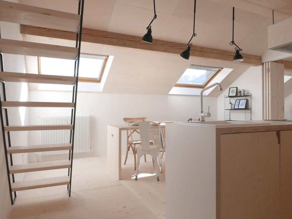 The exposed ceiling beams blend in nicely and easily thanks to all the other wooden features