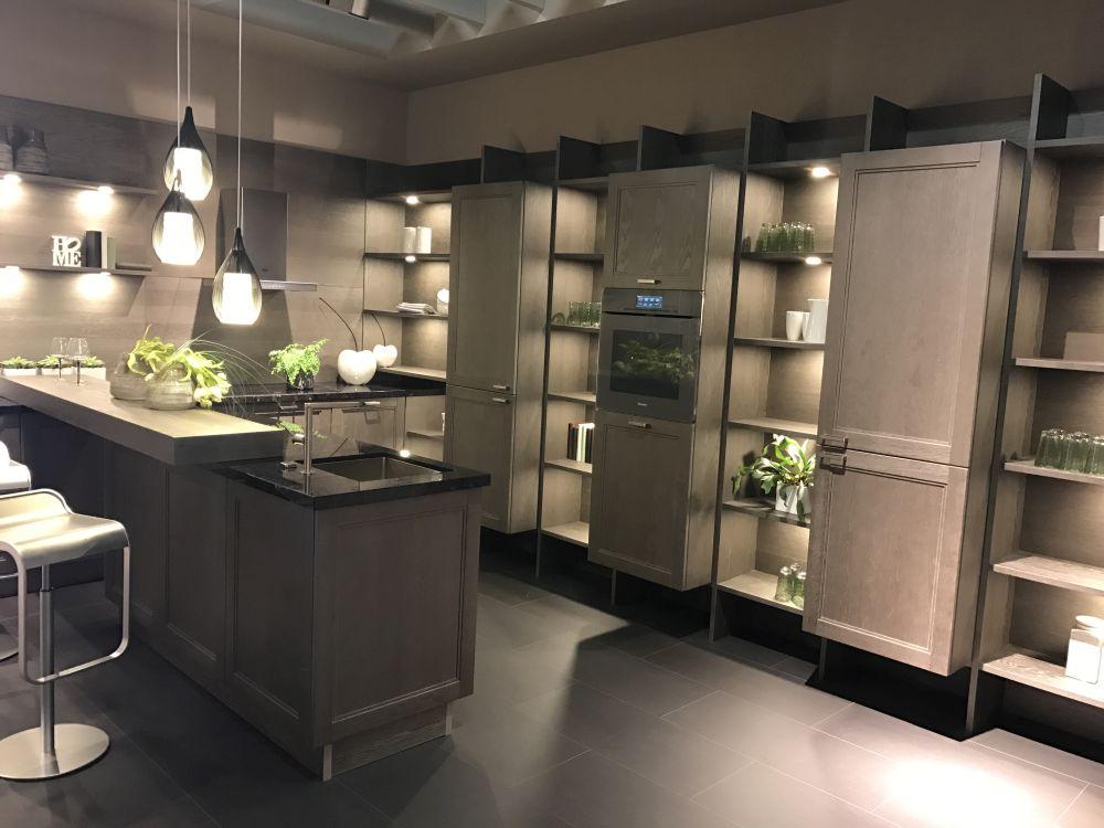 Вы можете добавить акцентное освещение на кухонные полки, чтобы выделить предметы, которые они держат