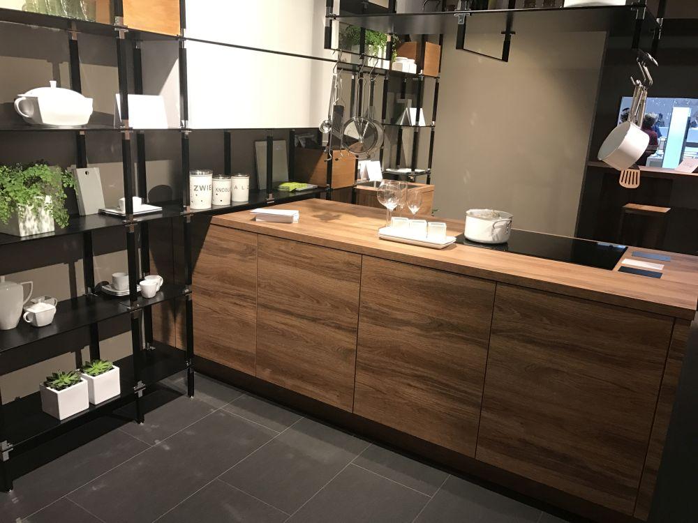 У вас может быть целая стена, полная открытых полок на вашей кухне, чтобы вы могли выставить кучу вещей
