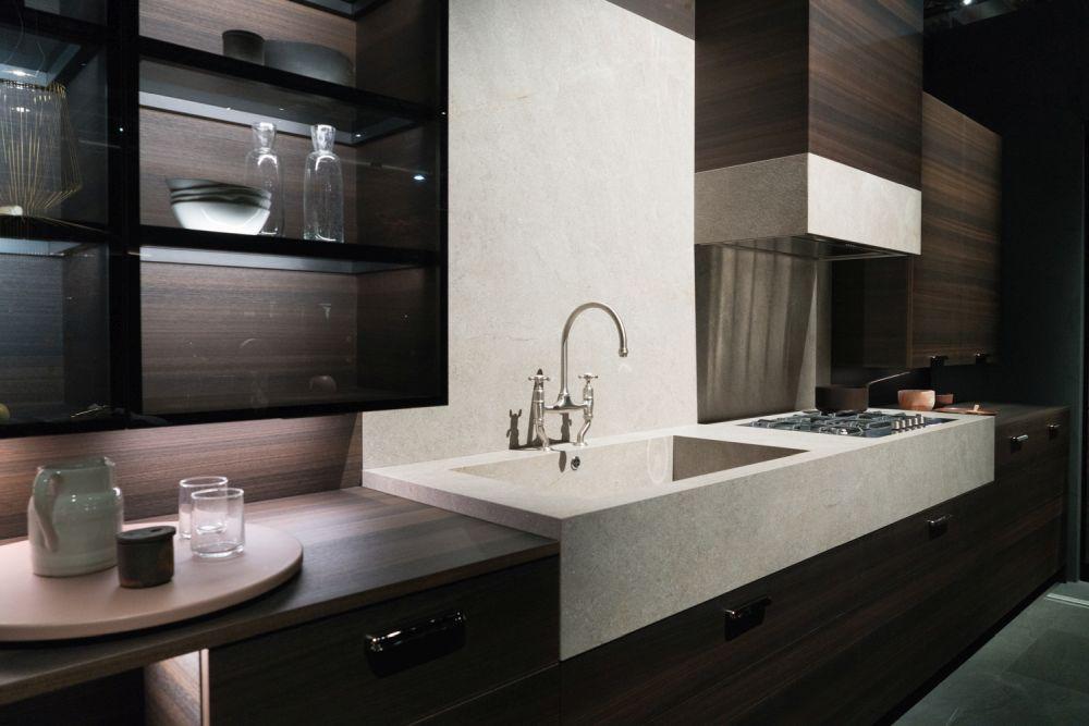 Выделите свои кухонные полки или шкафы со светодиодными лентами, которые также помогут создать теплый и уютный декор