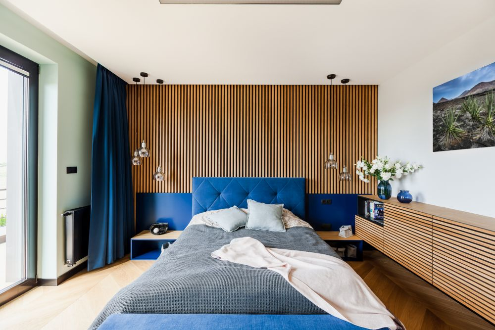 The indoor-outdoor relationship in very strong in the case of the master bedroom which has an accent wall reminiscent of the house facade