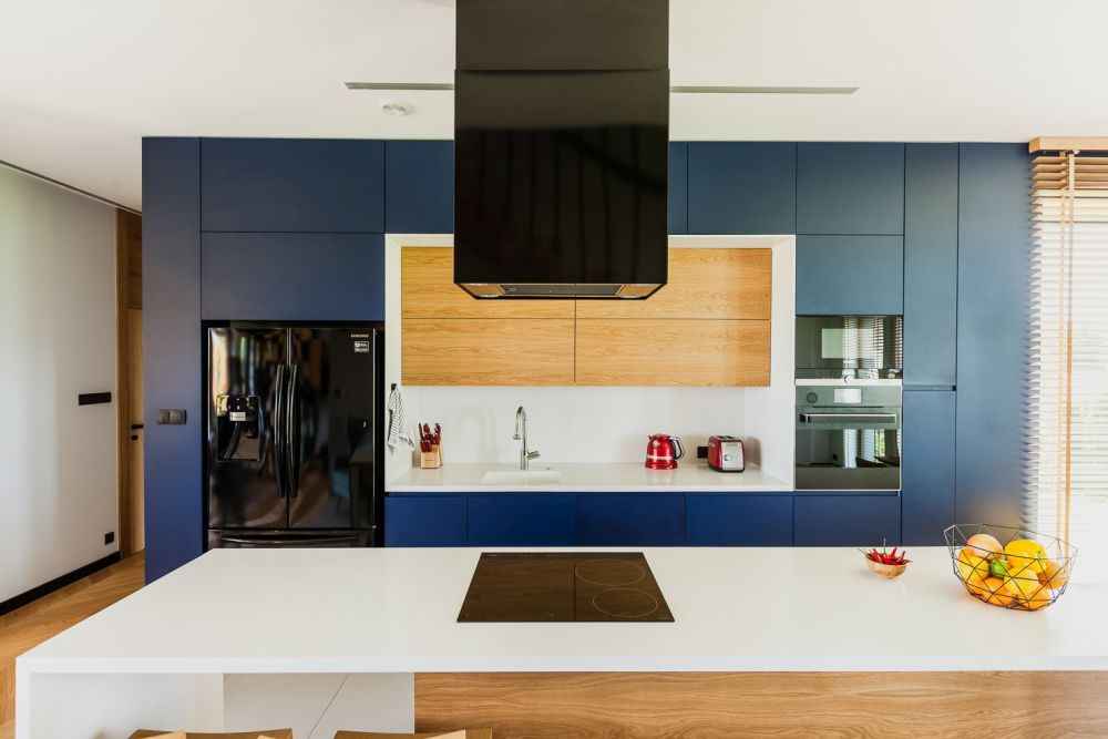 The open kitchen looks very bright, fresh and inviting thanks to a careful selection of the materials and colors