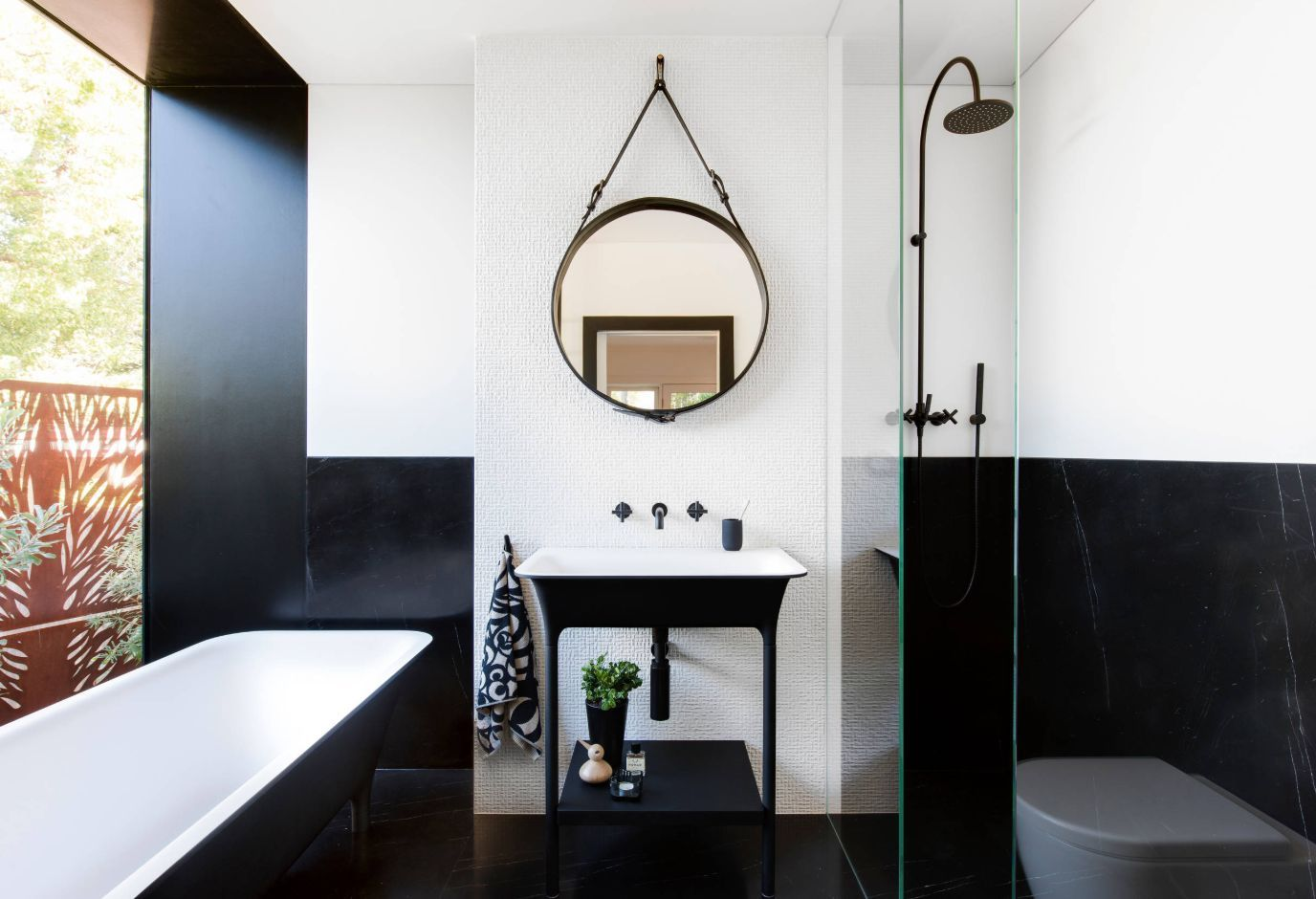 Black And White Bathroom Designs That Show Simple Can Also