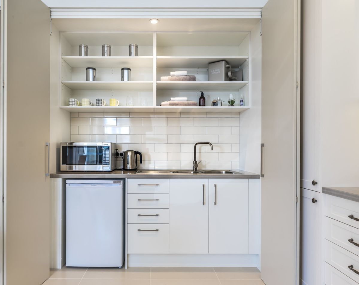Admirable 10 Stylish Kitchenettes With Optimized Designs Interior Design Ideas Apansoteloinfo