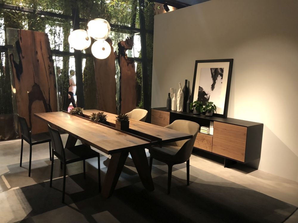 A built-in box running through the center of the dining table lets you fill this area with plants and other decorations