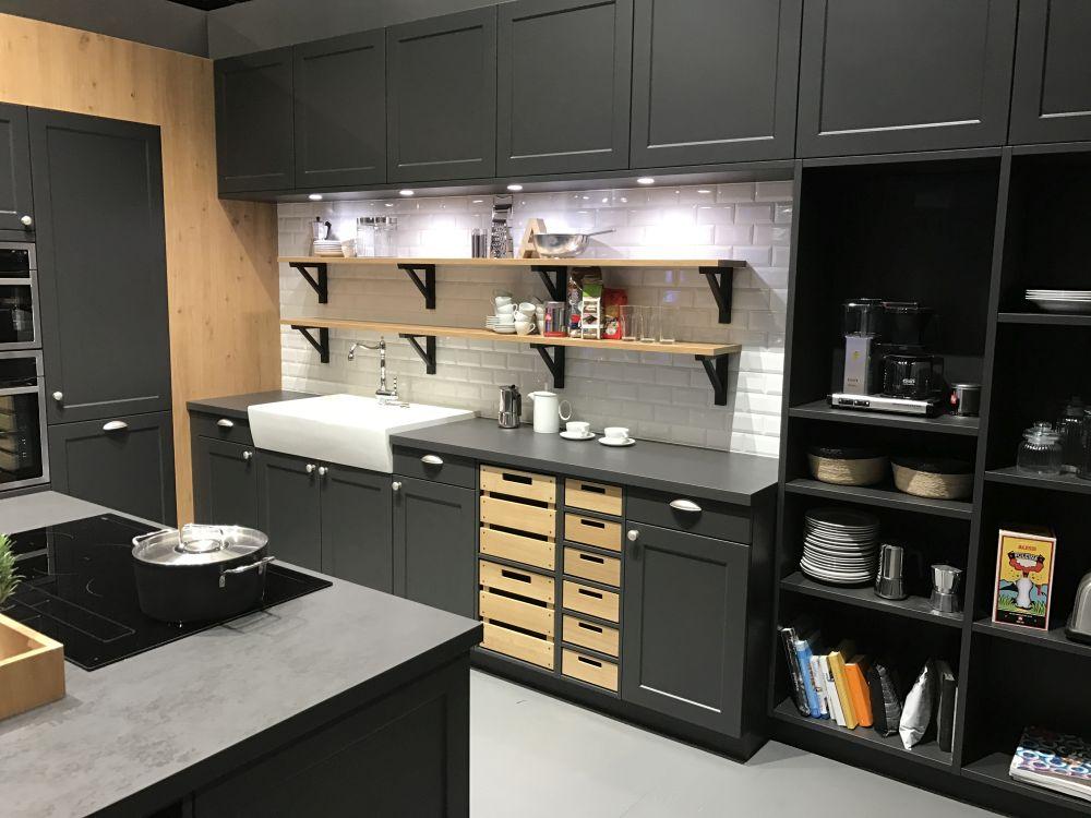 Полки с задней крышкой добавляют ценное место для хранения специй, инструментов и обычных кухонных принадлежностей.