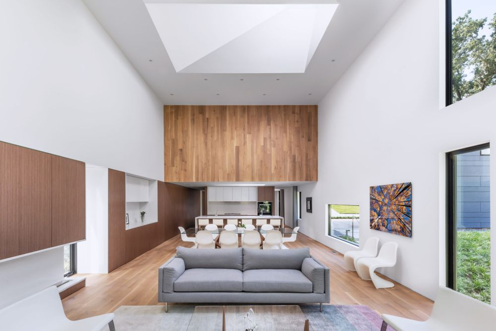 The interior of the house is welcoming, airy and simple, with an emphasis on neutral colors and low-maintenance materials