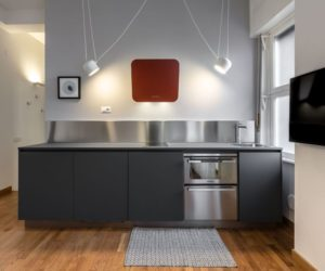 10 Elegant Kitchens With Stainless Steel Backsplashes