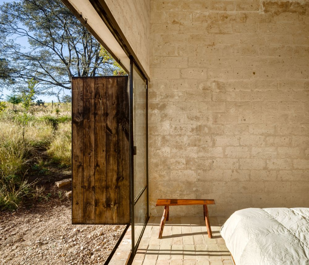 All the main areas have direct access to the outdoors, the transition being almost seamless and very natural