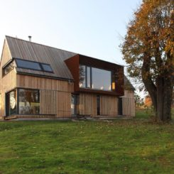 Wooden Cabin Roprachtice House - barn window doors