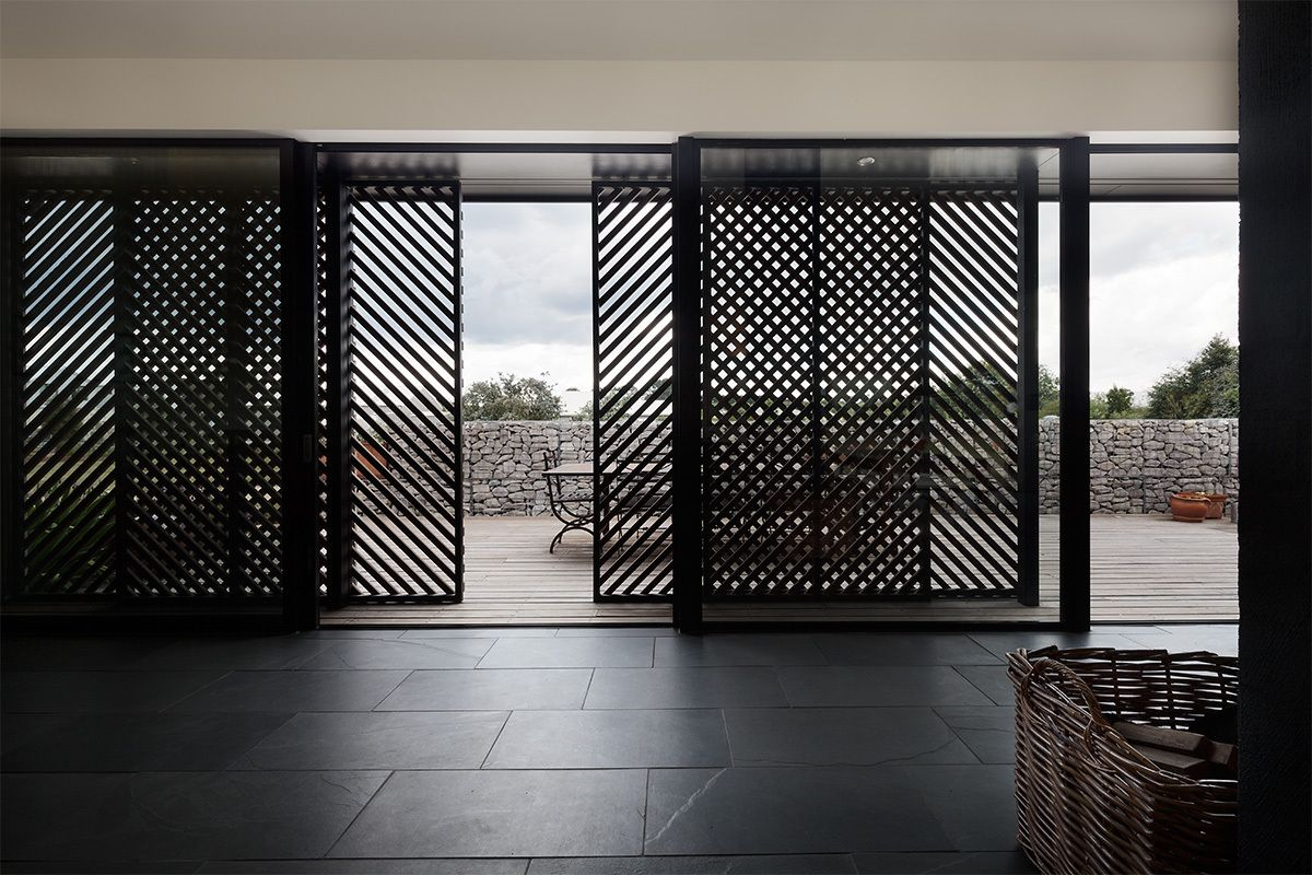 A series of sliding doors and screens ensure the easy transition between indoor and outdoor spaces