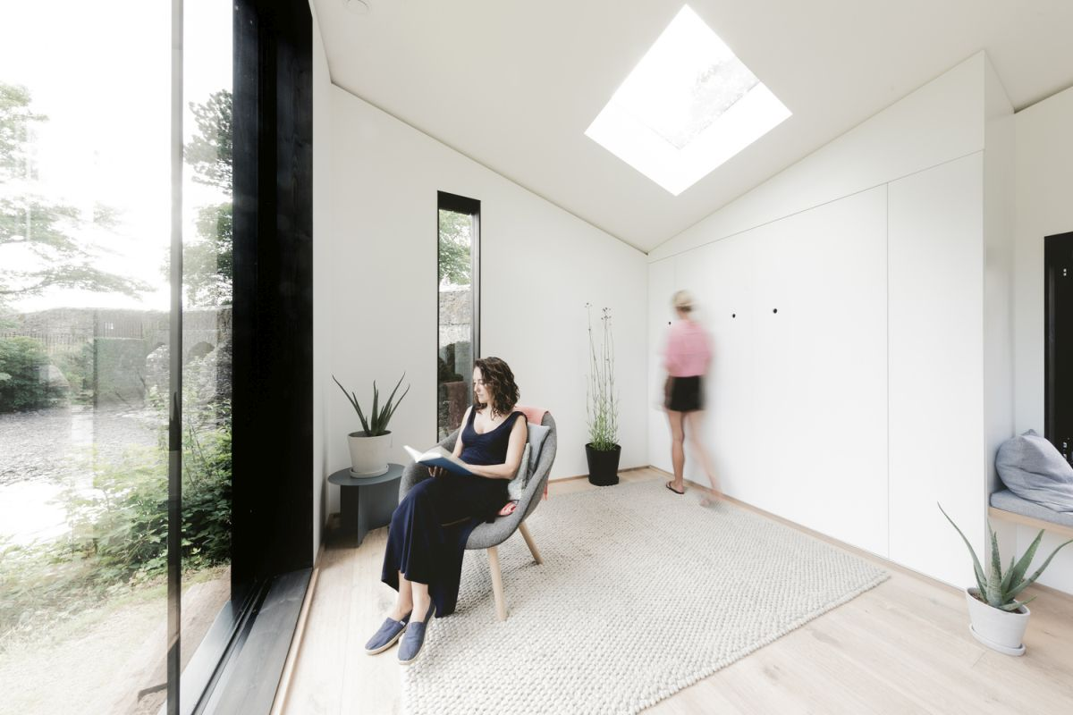 The glazed facade bring in lots of natural light, creating a very airy ambiance inside