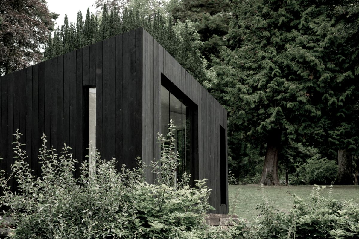 The dark exterior gives the cabin an elegant and mysterious appearance and a strangely attractive vibe