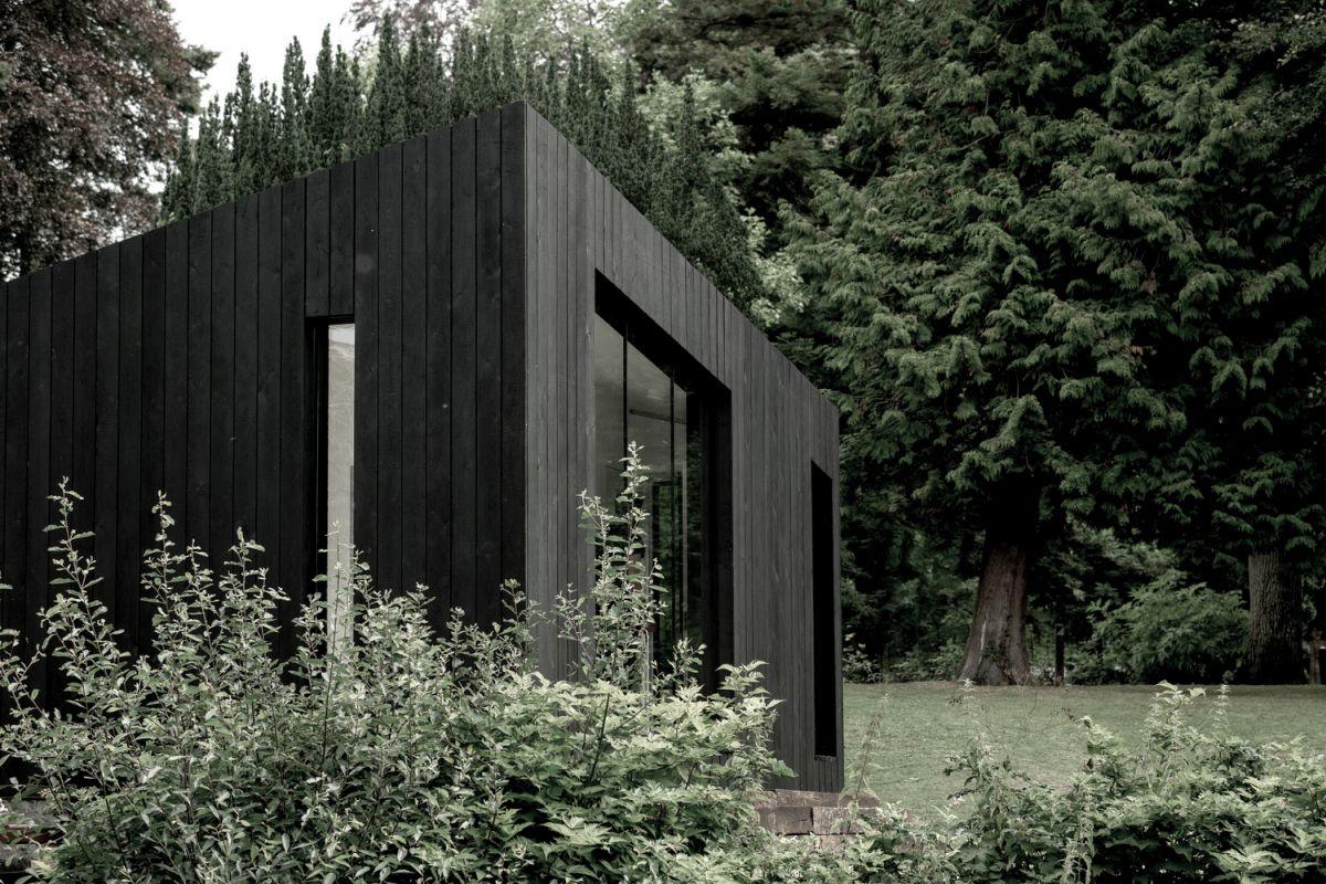 Modular Prefab Cabin With a Stylish Black Exterior