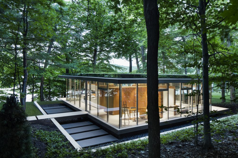 The green roof helps the house blend into its surroundings, creating a nice connection with the forest