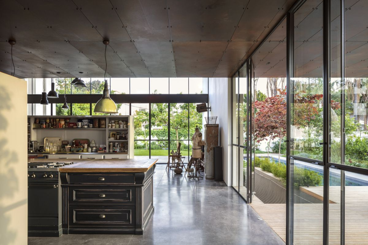 Floor-to-ceiling windows allow a strong connection between the indoor and outdoor to be established