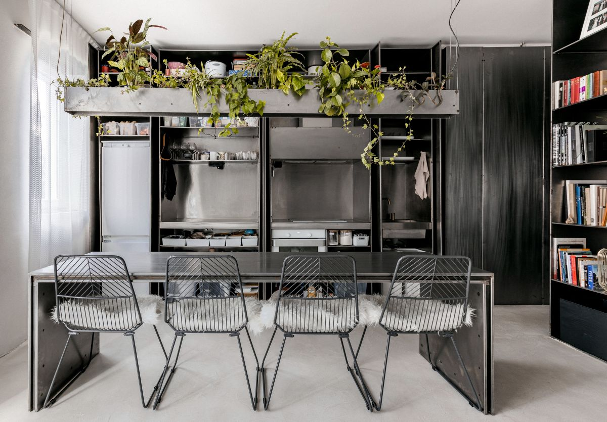 The greenery balances out the cold look of metal, creating a harmonious decor