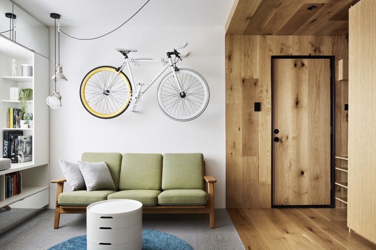 The bike is suspended on the wall and becomes an eye-catching decoration for the living room
