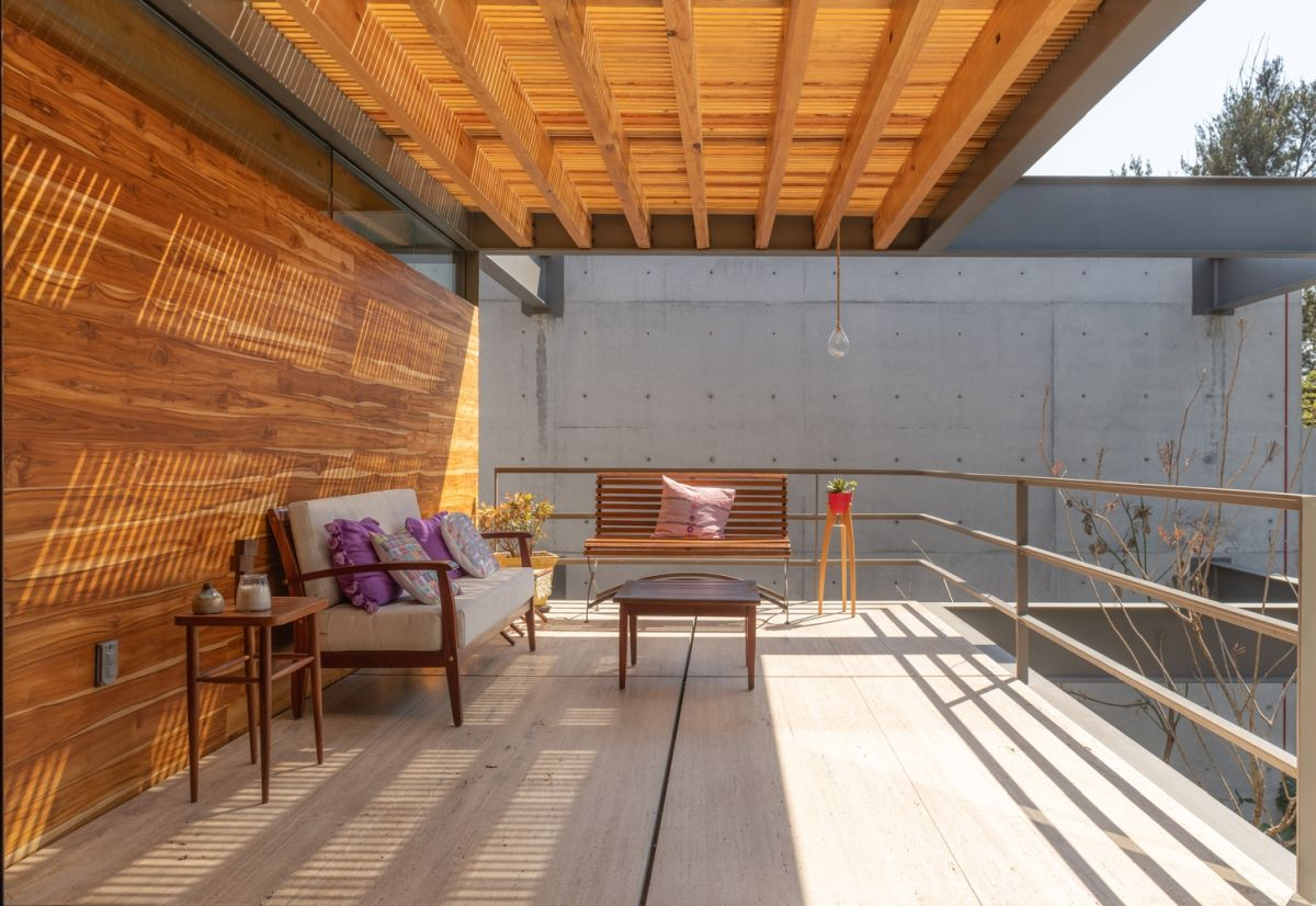 The primary materials used throughout the house include steel, woood and glass