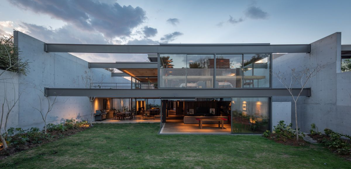 At the rear of the house the exposed metal structure becomes a focal point, contrasting with the surroundings
