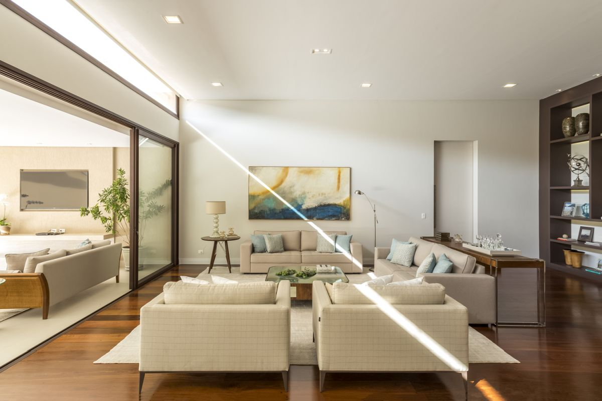 The connection with the outdoors is expressed through large sliding glass doors which open up the decor