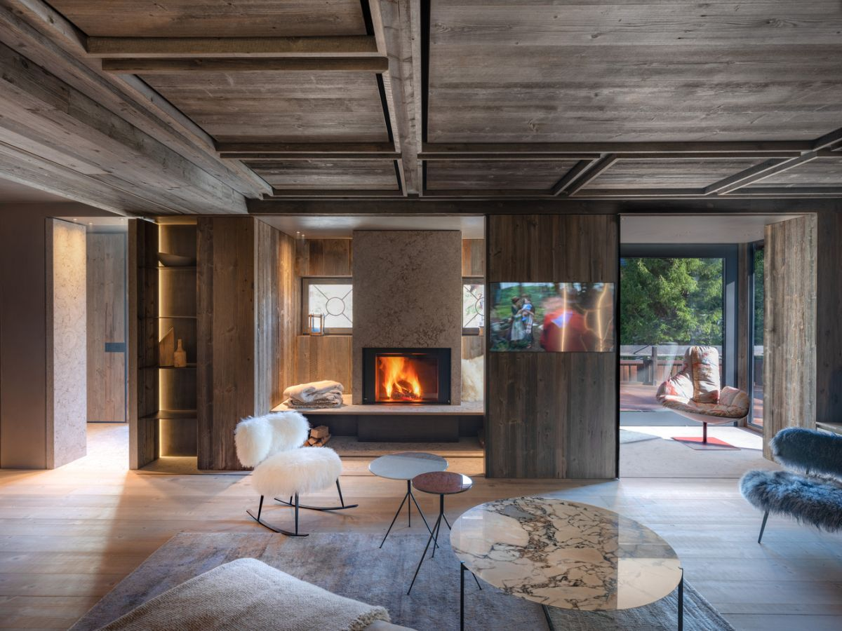 The living room opens up onto a terrace which connects it to the outdoors without exposing it