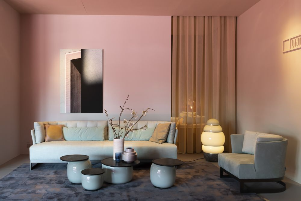 A pleasant mixture of warm and cool nuances brings harmony into the room