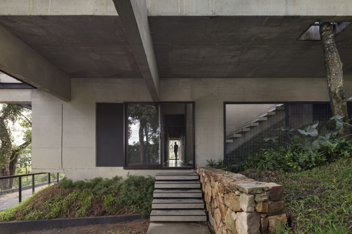 The raw concrete exterior helps the house blend in and gives it a strong industrial allure