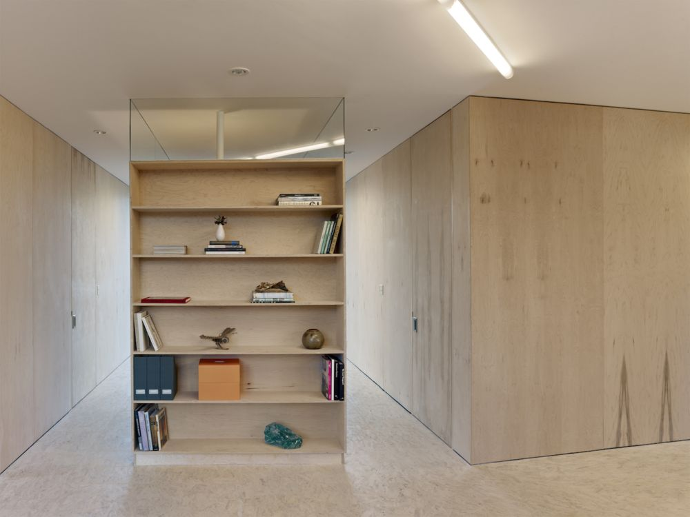 The transitions between the different volumes is seamless thanks to the open and minimalist design