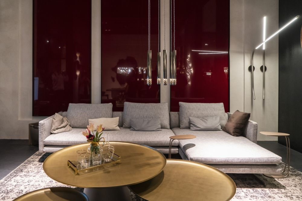 The burgundy surfaces give this living room a sophisticated allure which is also emphasized by the golden accents