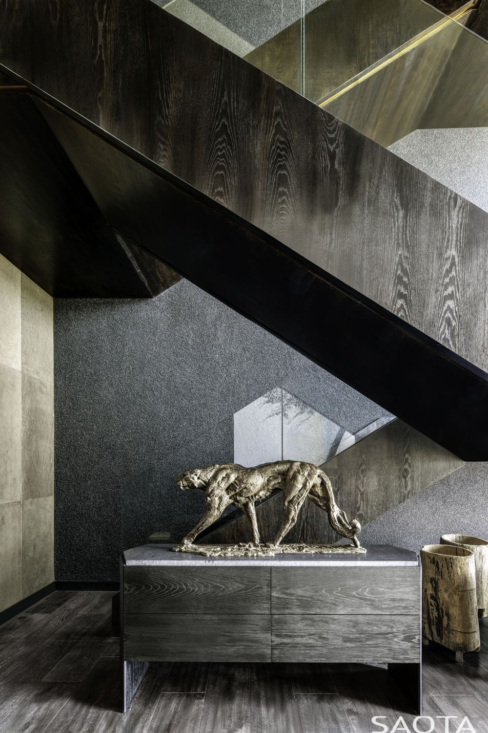 The connection between all the floors within the house is ensured by a simple and elegant staircase