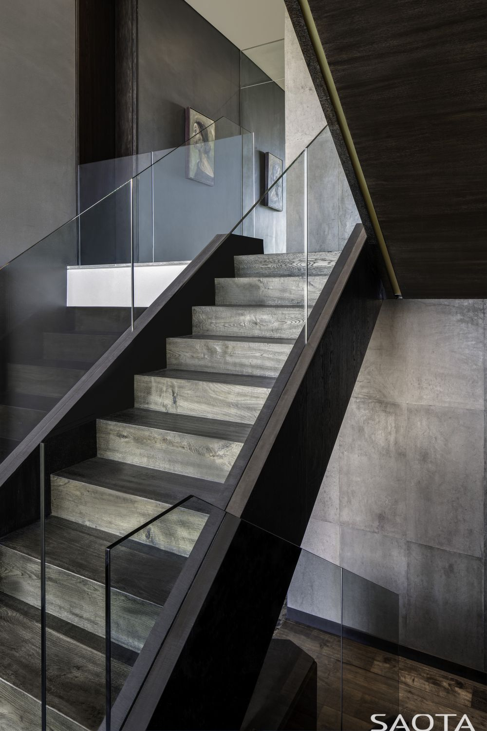 The timber staircase puts en emphasis on the natural beauty and grain of the wood