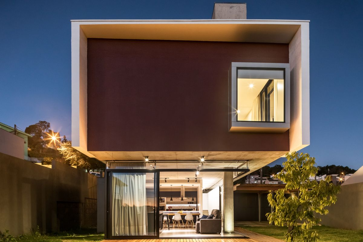 The upper floor has a large footprint than the lower level and gives the house a sculptural appearance