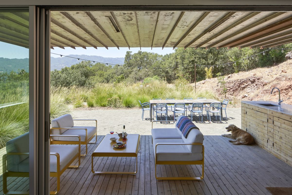 The strong connection with nature is emphasized by the numerous outdoor spaces