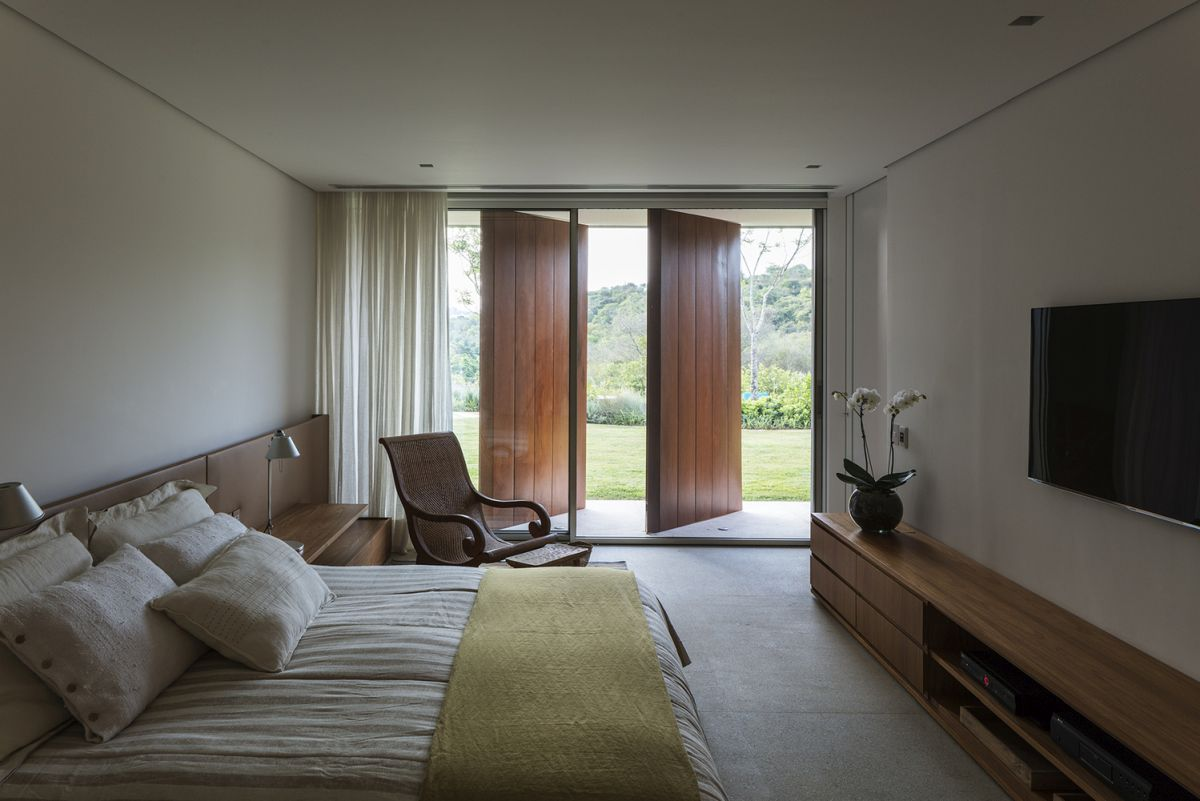 The bedrooms have pivot screens which can let in as much natural light as needed