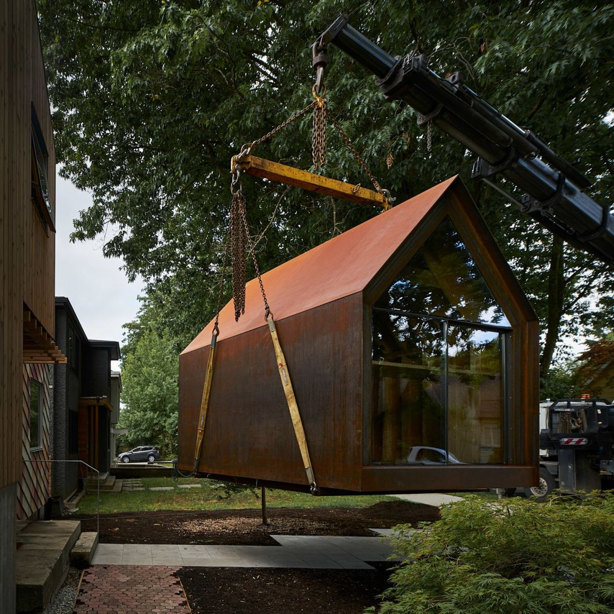 The corten steel exterior forms a seamless shell with no visible fasteners and this gives the cabin a minimalist look