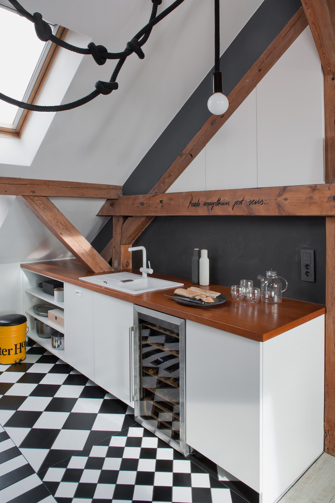 The kitchen has a very simplified look, with an eye-catching geometric pattern on the floor