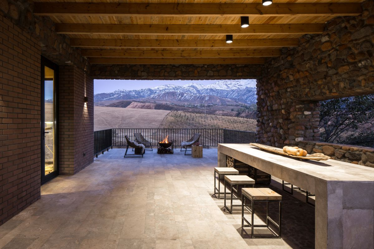 The open terrace maximizes the panoramic view of the mountain range while also bringing in natural light