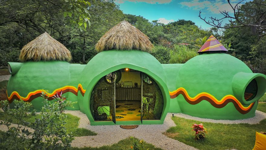 The house has an organic shape and a very cheerful and playful appearance